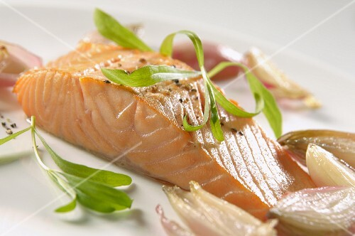 Salmon fillet with wilted shallots, pepper and tarragon