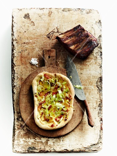 Pizza topped with pointed cabbage and smoked bacon