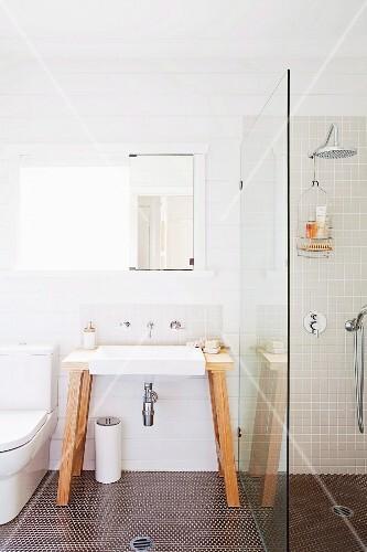 freistehender waschtisch mit wandarmatur und spiegel neben duschtrennwand bild kaufen. Black Bedroom Furniture Sets. Home Design Ideas