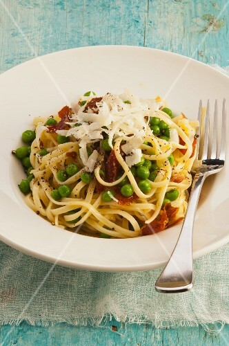 Taglierini with peas, dried tomatoes and Parmesan