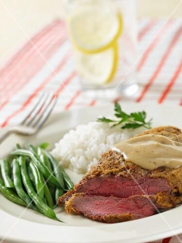 steak mit gravy reis und gr nen bohnen bild kaufen 11063295 stockfood. Black Bedroom Furniture Sets. Home Design Ideas