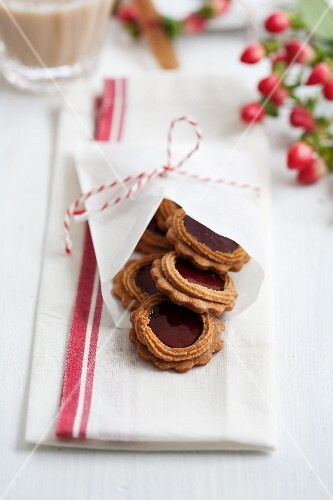 Aniseed biscuits with jam