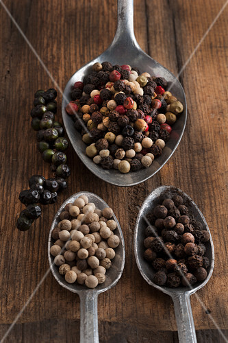 Various peppercorns on spoons