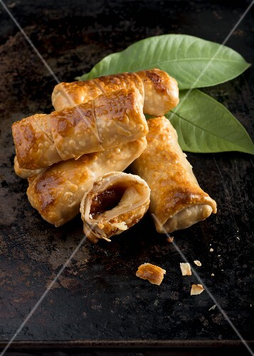 Pastries stuffed with halloumi and guava