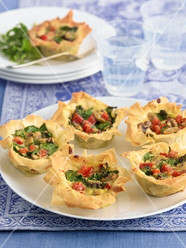 Filo pastry tartlets with a mushroom filling