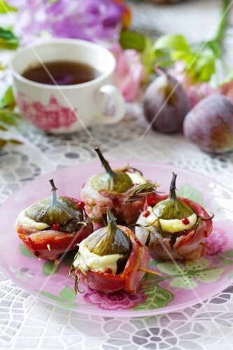Oven-baked figs filled with ham and cheese