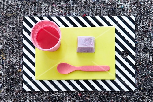 A decorative idea for a child's birthday party with lemonade and ice cream
