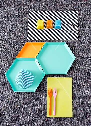 Decorative ideas for a child's birthday with colourful plates and ice cream