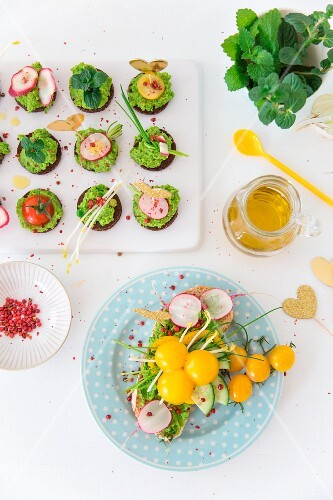 Party canapés and bread with vegan mint and pea cream and vegetables