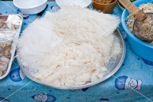 Sen Guitiauw (ffresh rice noodles) at a Thai cookshop stand