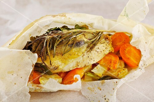 Chicken breast with summer vegetables and porcini mushrooms wrapped in paper