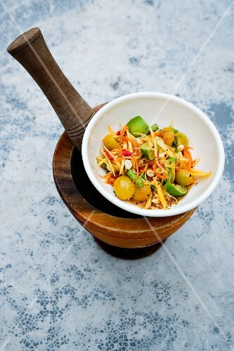 Som Tam Thai (papaya salad with carrot, peanuts and tomatoes, Thailand)