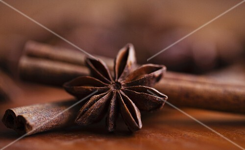 Star anise and cinnamon sticks (close-up)