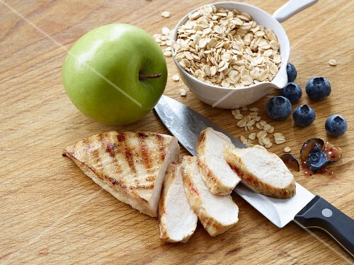 Chicken breast with apple, blueberries and oats