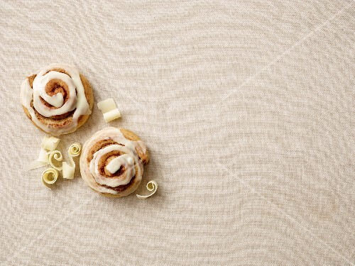 Cinnamon buns with white chocolate