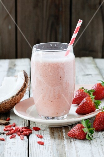 Strawberry and coconut milk smoothie with goji berries