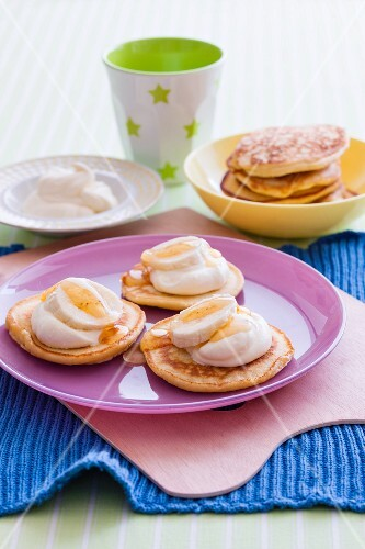 Pikelets with a yoghurt cream, bananas and honey