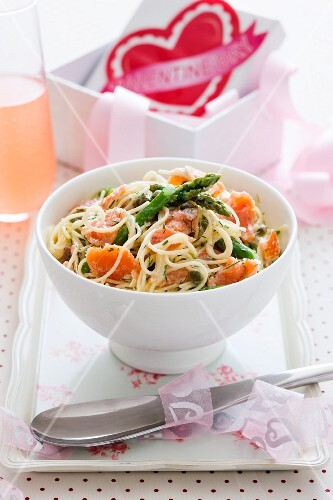 Noodles with smoked salmon and asparagus for Valentine's Day