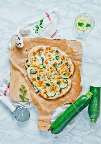 Pizza with courgette and mushrooms