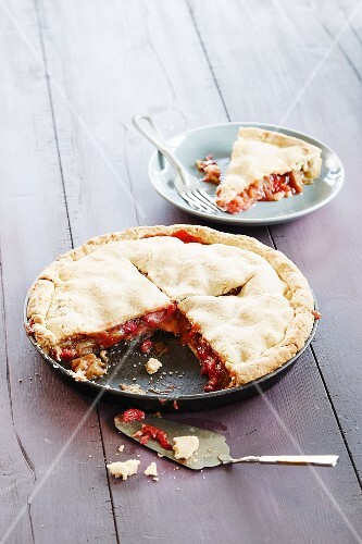 Rhubarb pie, sliced