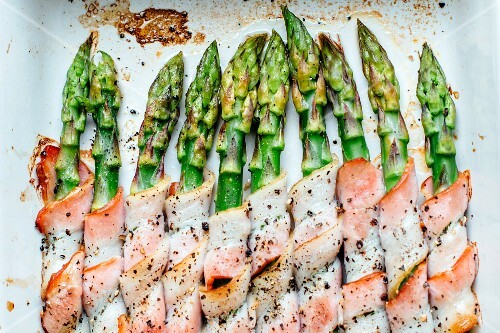 Roasted asparagus wrapped in bacon (seen from above)