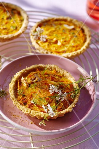 Carrot tarts with oats and curry
