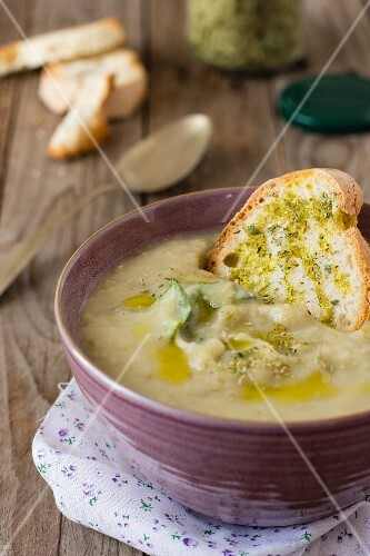 Vegetable soup with grilled bread