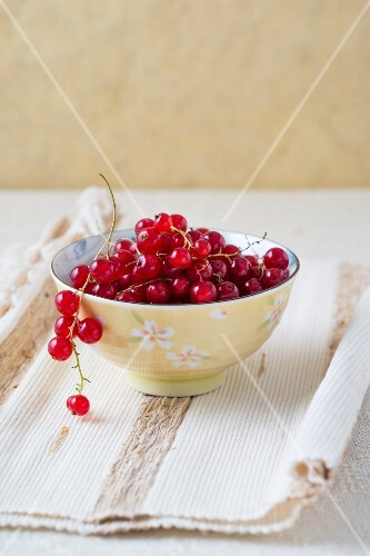 A bowl of fresh redcurrants
