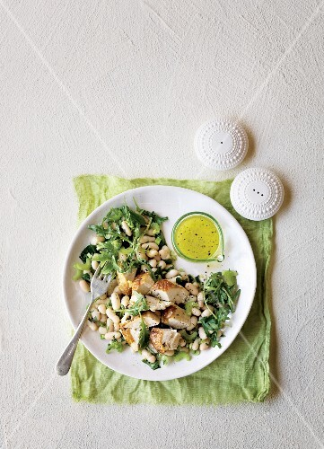 Chicken and bean salad with a garlic marinade