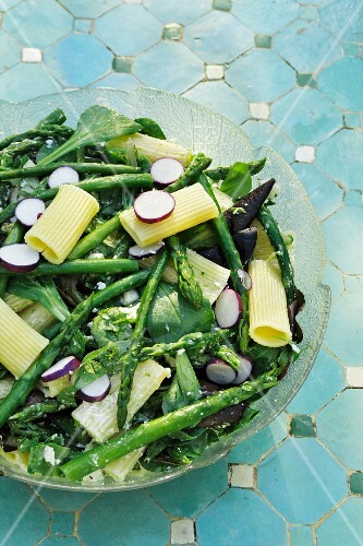 Pasta salad with radishes, green asparagus and feta cheese