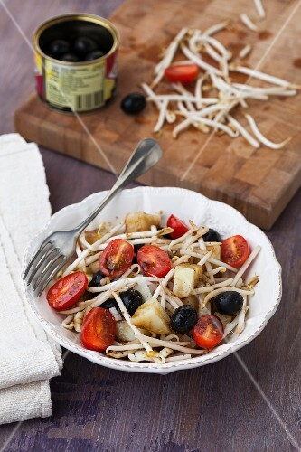 Bean sprout salad with potatoes, tomatoes and olives