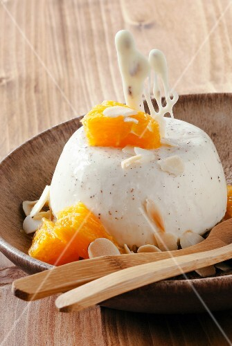 Panna cotta with orange fillets and almonds