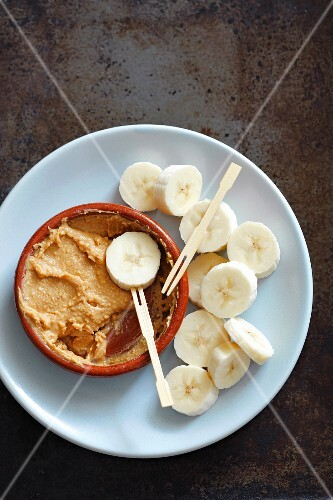 Banana slices with peanut butter for dipping