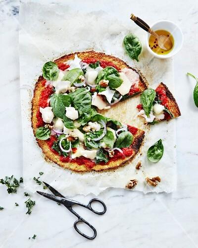 blumenkohl pizza mit ziegenk se und spinat angeschnitten bild kaufen 11981995 stockfood. Black Bedroom Furniture Sets. Home Design Ideas