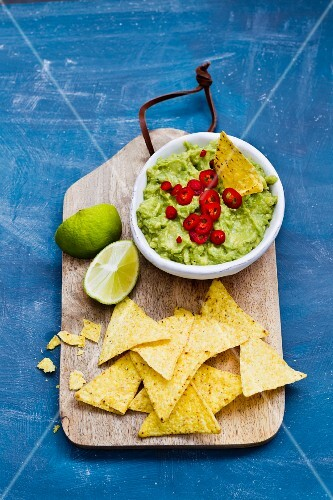 An avocado dip with chilli and tortilla chips