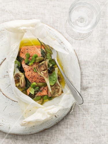 Salmon fillets with artichokes and olives in parchment paper