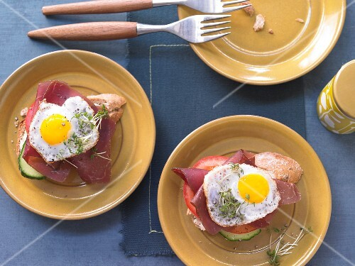 Strammer Max: bread topped with a fried egg, Grisons air-dried beef and cress