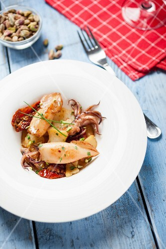 Squid with potatoes and dried tomatoes