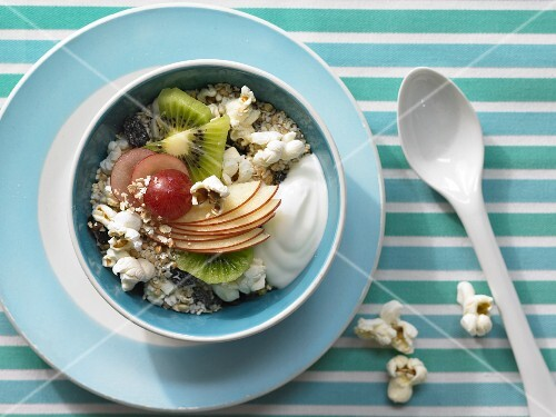 Popcorn muesli with raisina and fruits