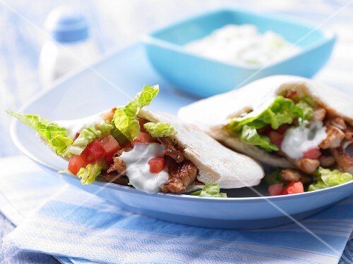Pitta bread with turkey, vegetables and tzatziki