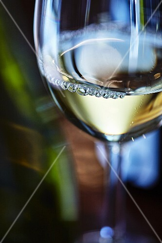 A glass of white wine (close-up)