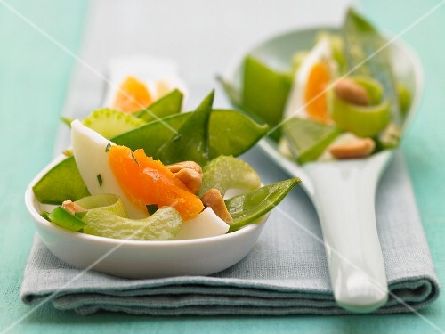 Green egg salad with peanuts