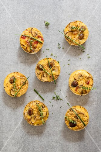 Mini frittatas with mushrooms, pepper and herbs (low-carb)