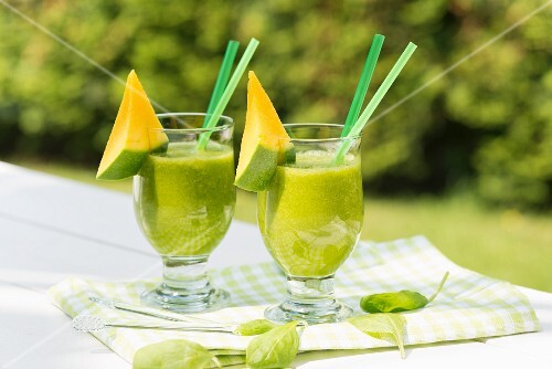 Green Power smoothies with spinach and mango