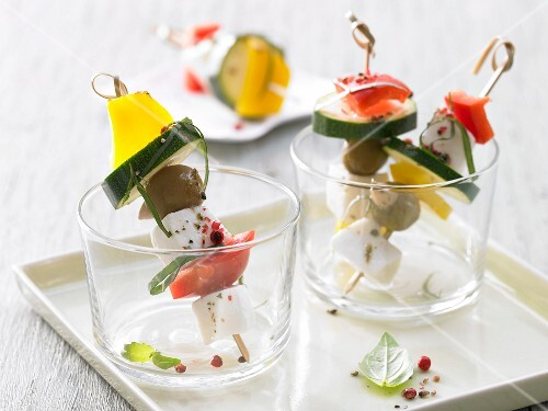 Mozzarella kebabs with courgette, peppers and olives