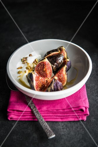Fresh figs with a carmel sauce, yoghurt and pistachio nuts