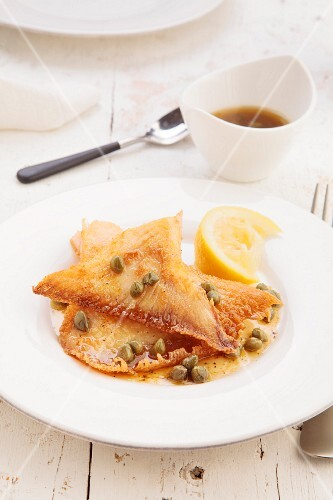 Skate wings with butter, lemon and capers