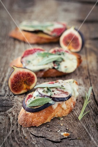 Crostini with figs, blue cheese and sage