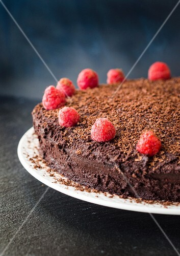 A flour-free and gluten-free chocolate cake with raspberries