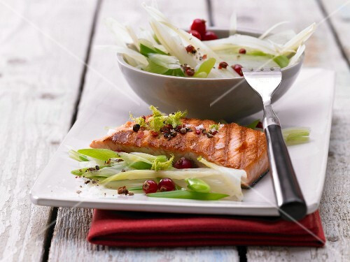 Grilled salmon with fennel and currants